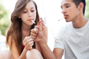 """תחקיר: איך זה שלמרות """"""""חוק העישון"""", ברוב בתי הספר בארץ ממשיכים לעשן?"""
