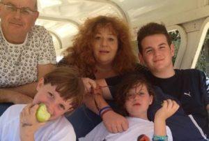 אסתי זקהיים עם בני משפחתה. צילום מהאלבום המשפחתי