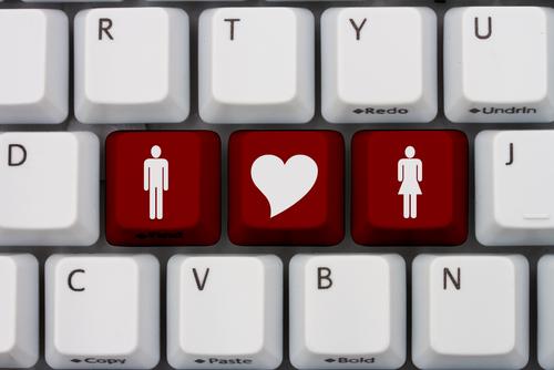 """""""כולם מכירים באינטרנט"""": הרפתקאות קוני פרנסס באתר היכרויות (ולמה ברחה משם)"""