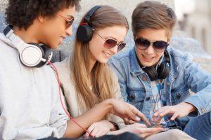 מחוברים לאוזניות: האובססיה החדשה של הנוער