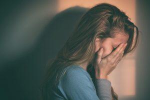 איך לעזור לבת שלך לצאת מקשר מתעלל?