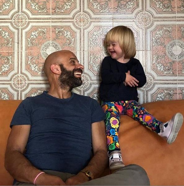 רווק חד הורי בחר לאמץ ילדה עם תסמונת דאון
