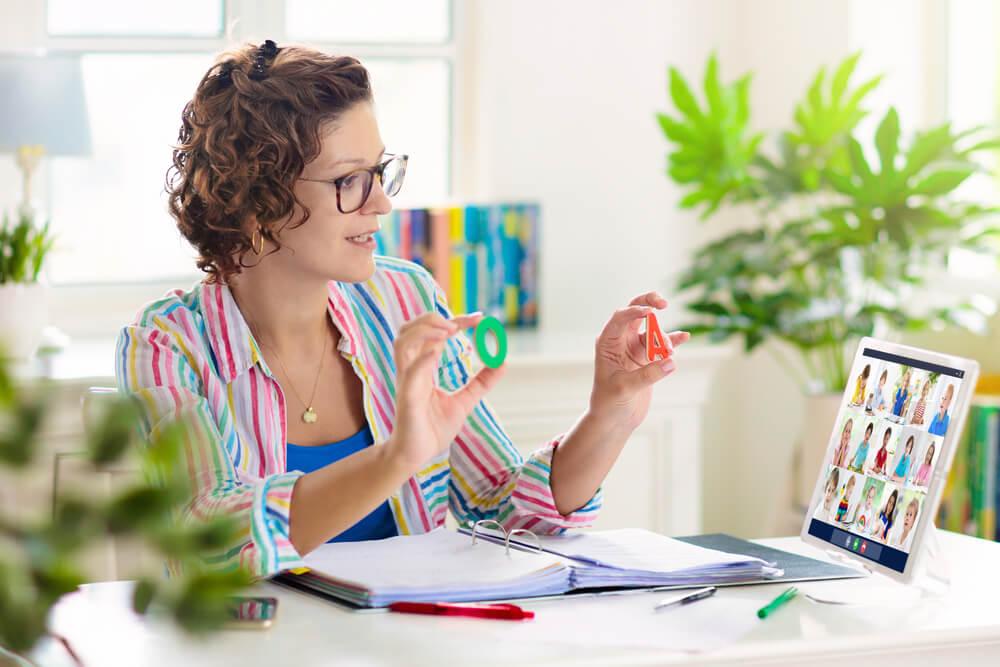 איך להפוך את שיעורי הזום לבטוחים יותר: המדריך למורים