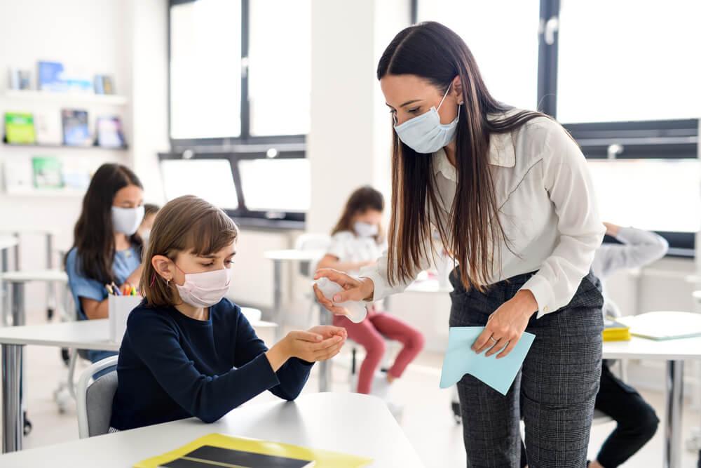 מחקר מצא שבתי הספר מגבירים את קצב ההדבקה, אך האם זה אומר שצריך לסגור אותם?