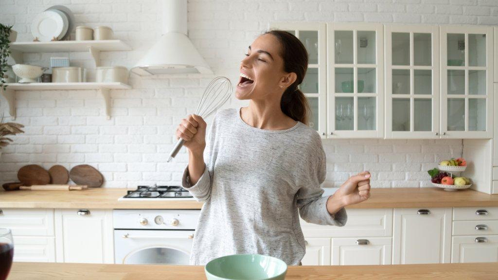 נערה במטבח