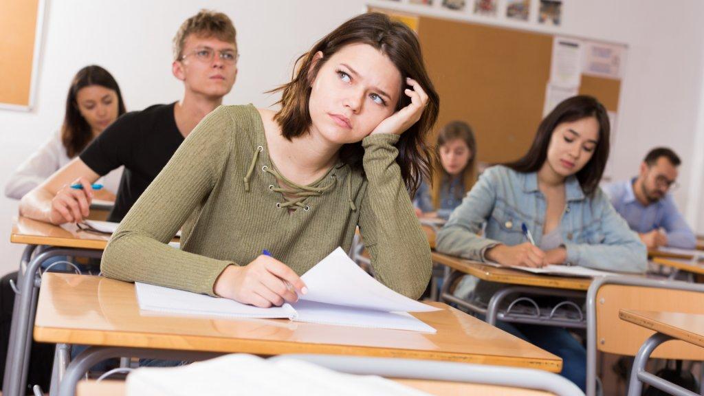 תלמידה משועממת